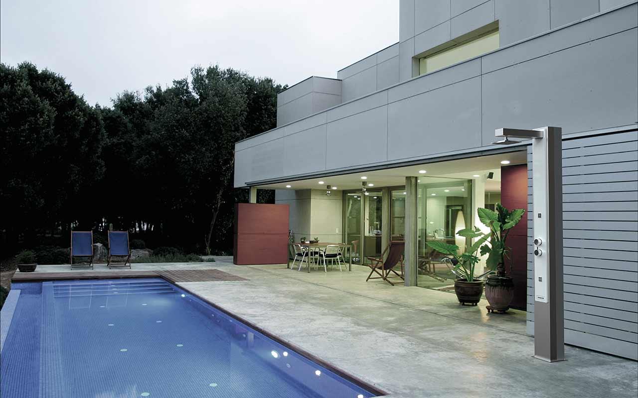 Qu beneficios aporta tener una ducha solar en la piscina - Duchas solares para piscinas ...