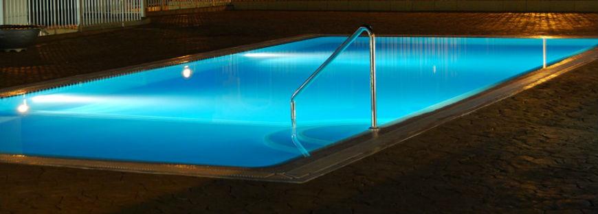C mo instalar focos de piscina aprende mejora for Focos de piscina